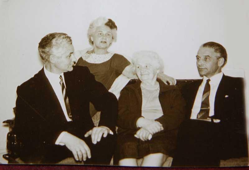 Игорь, Кира, и Олег Перекрестовы с мамой