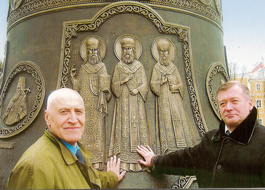 У Царь-колокола в Сергиевской Лавре, 2004